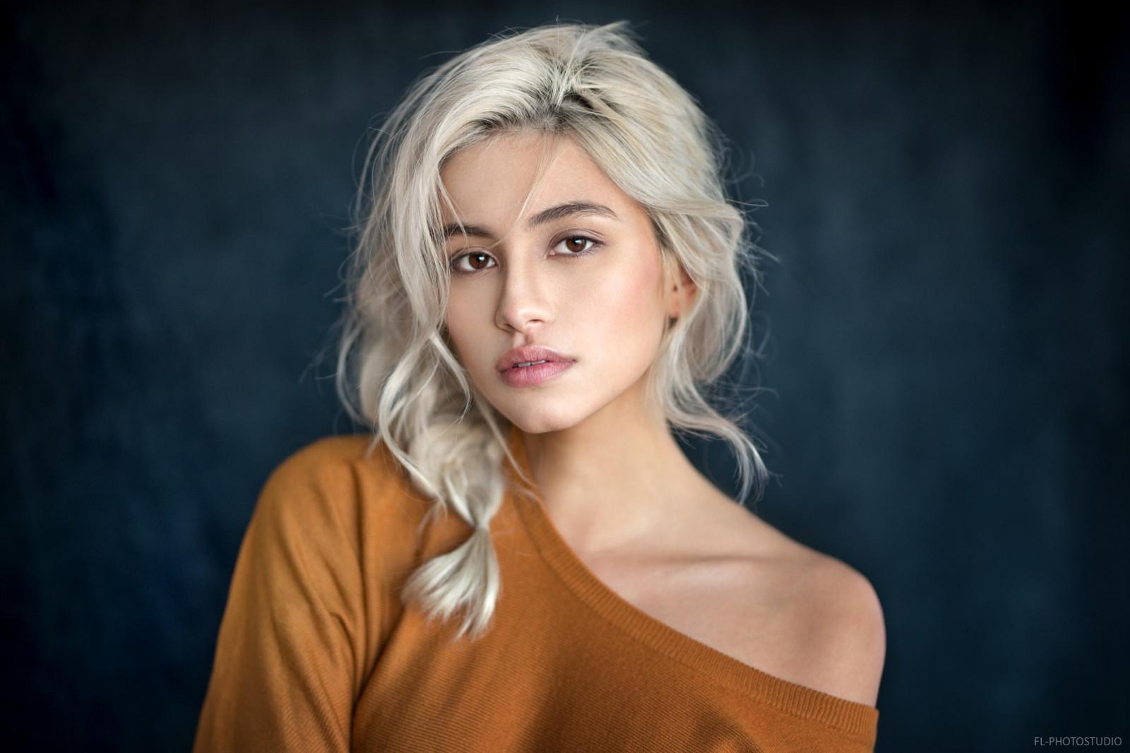 Wallpaper Face Model Blonde Eyes Long Hair Singer: Wallpaper : Face, Women, Blonde, Dyed Hair, Simple