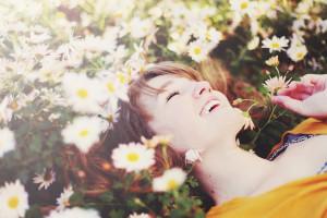 Женщина брюнетка с цветами 123