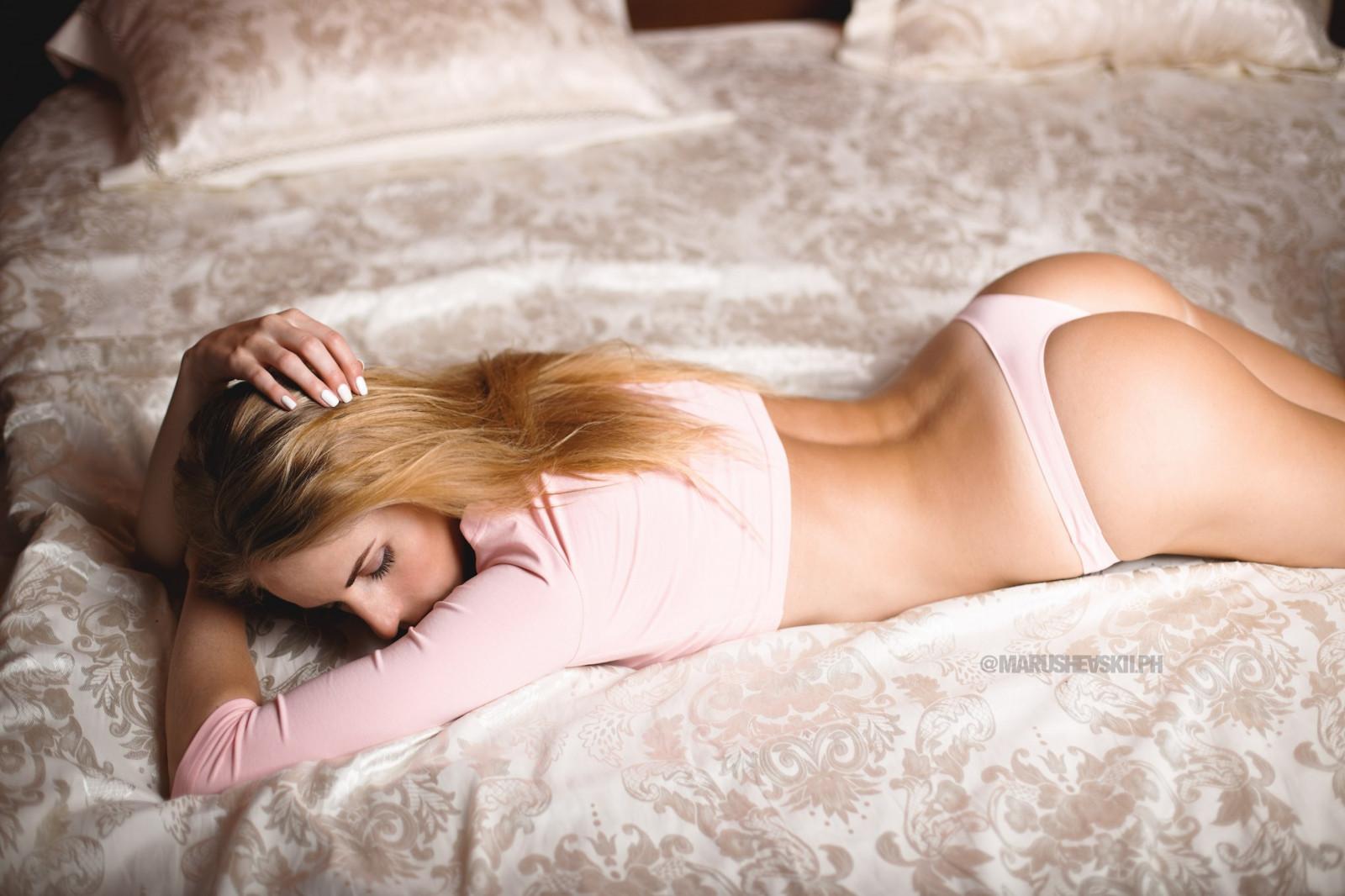 стройная блондинка на кровати отвага, способность отстаивать