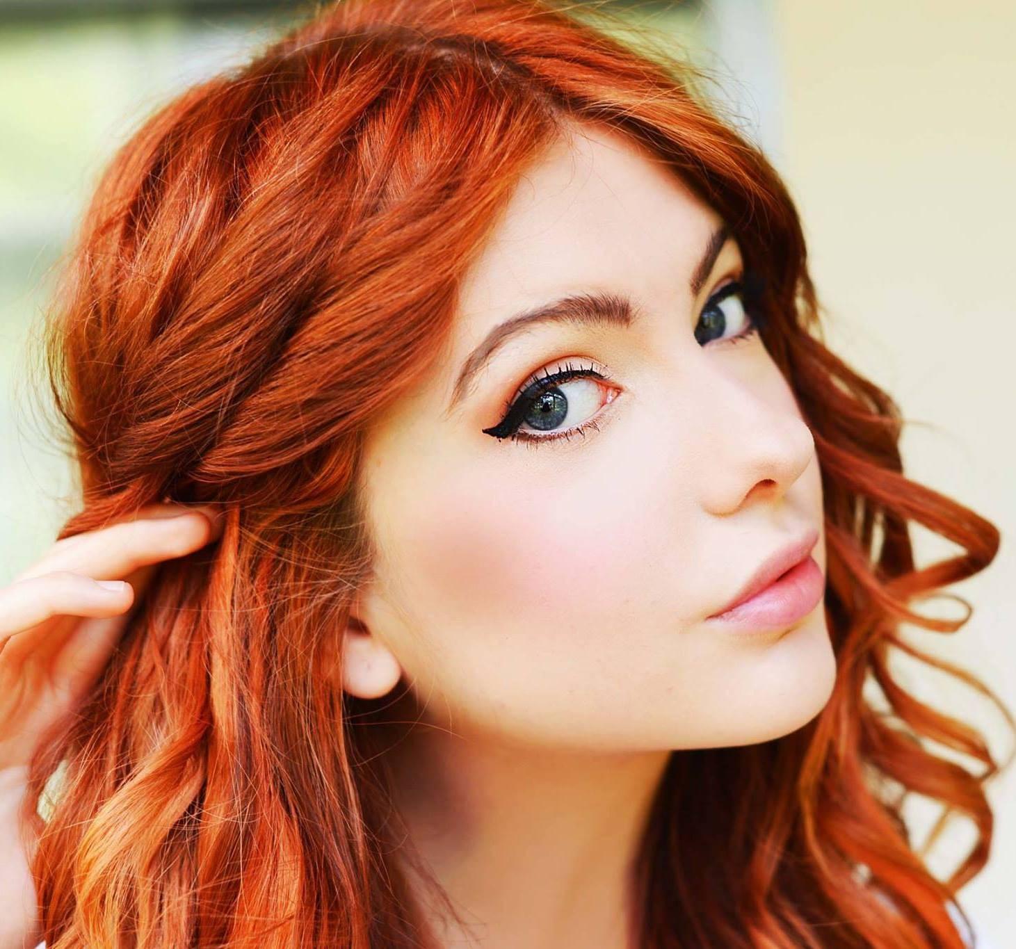 rött hår bruna ögon