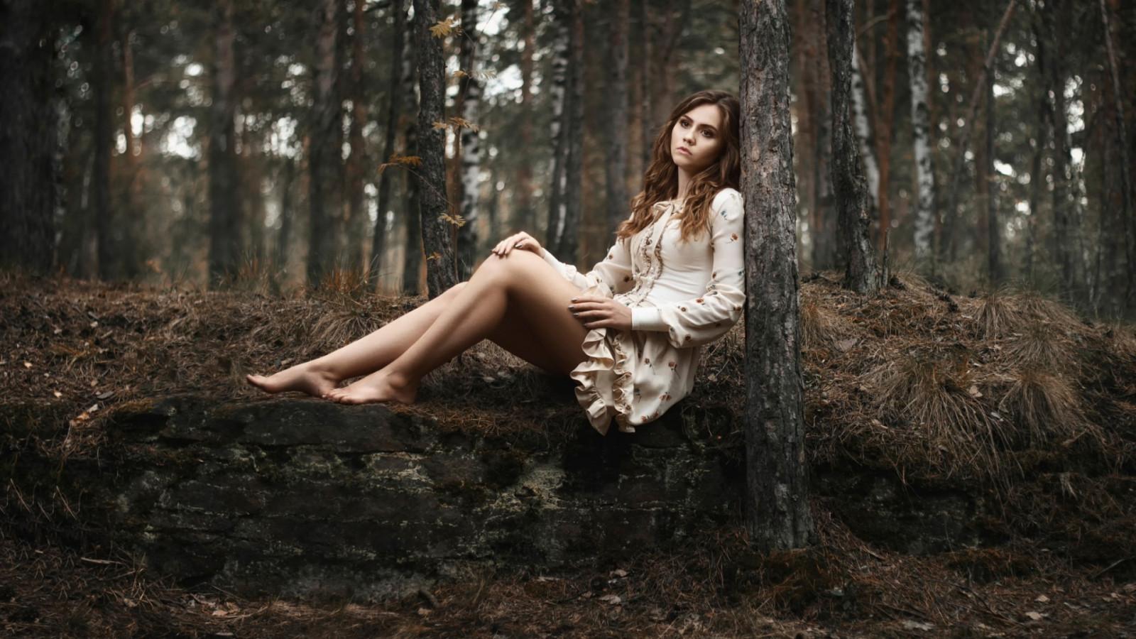 Красивая русская девушка в лесу, порно фото на звезд российской эстрады
