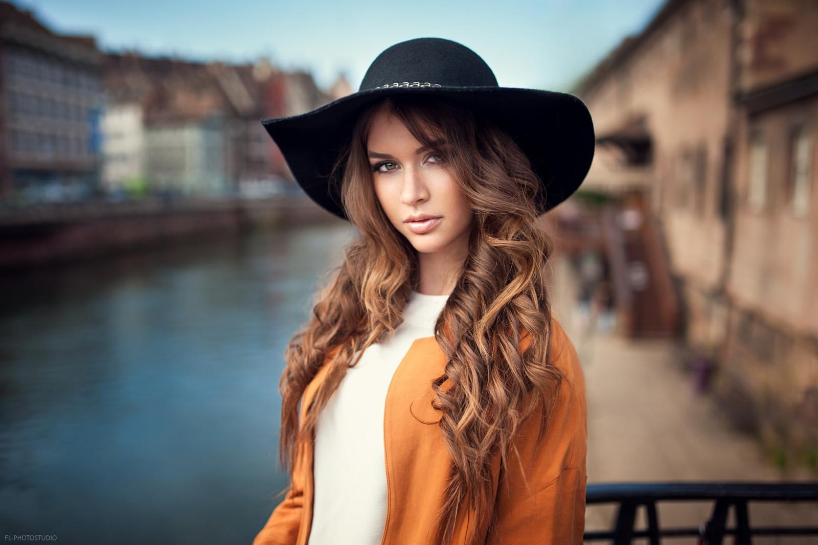 частное фото девушки в шляпках - 11