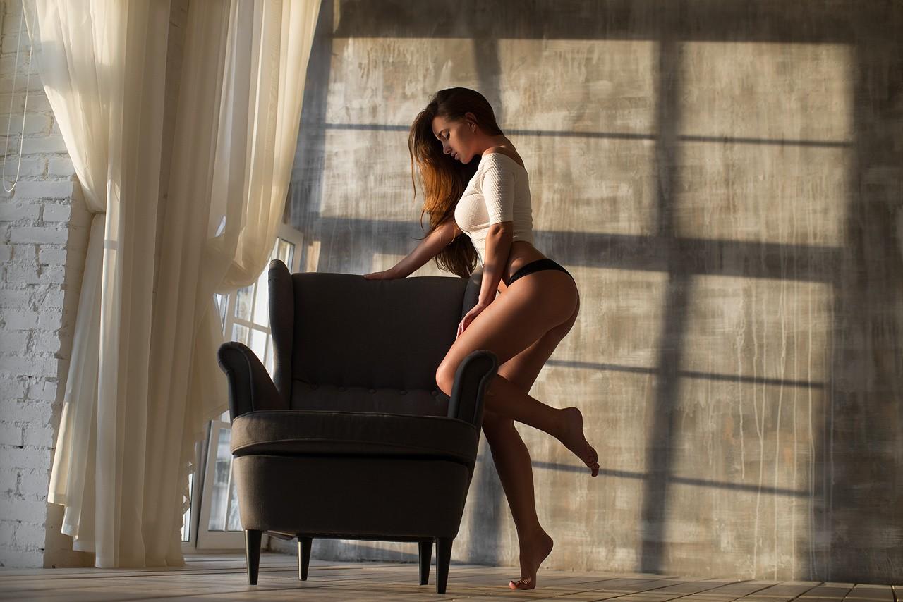Жопа в стрингах на стуле