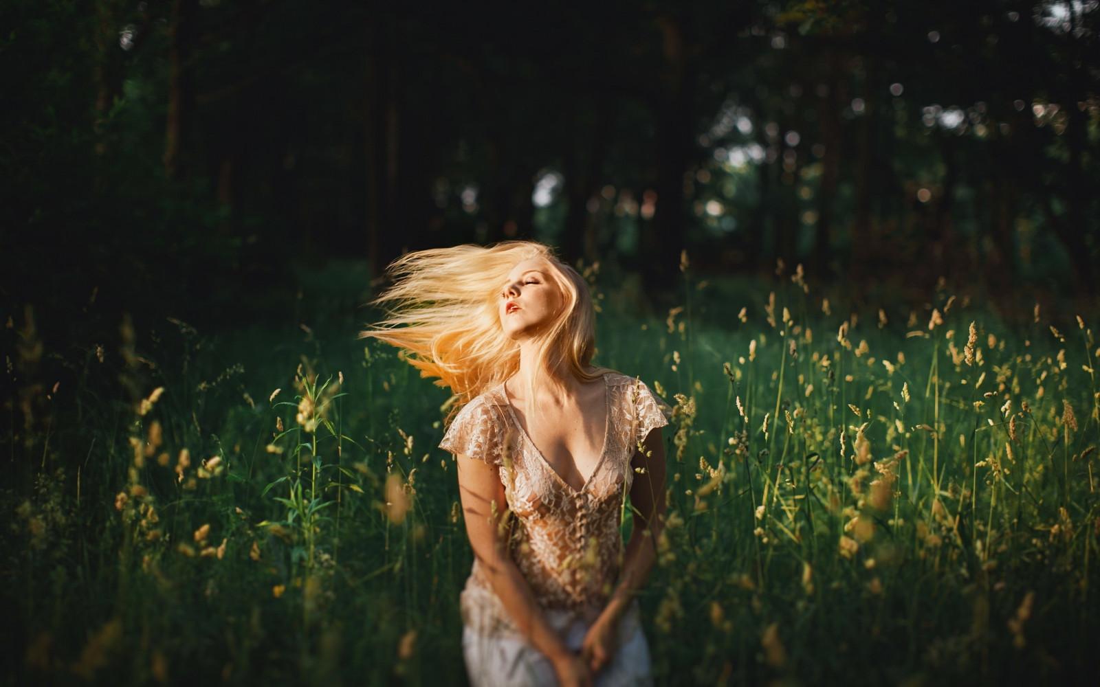 Машина блондинка на природе делает приятное себе трахается двумя