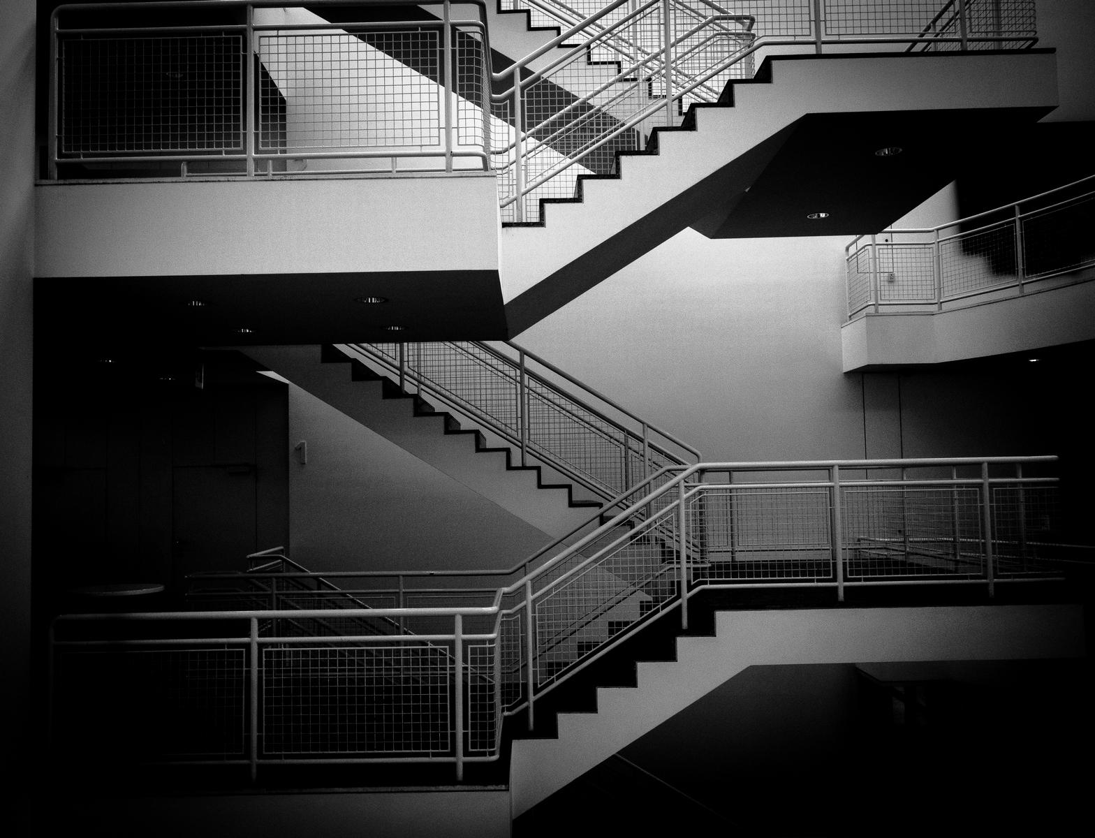 escalier noir et blanc dcoration escaliers avec photos en noir u blanc et cadres blancs. Black Bedroom Furniture Sets. Home Design Ideas