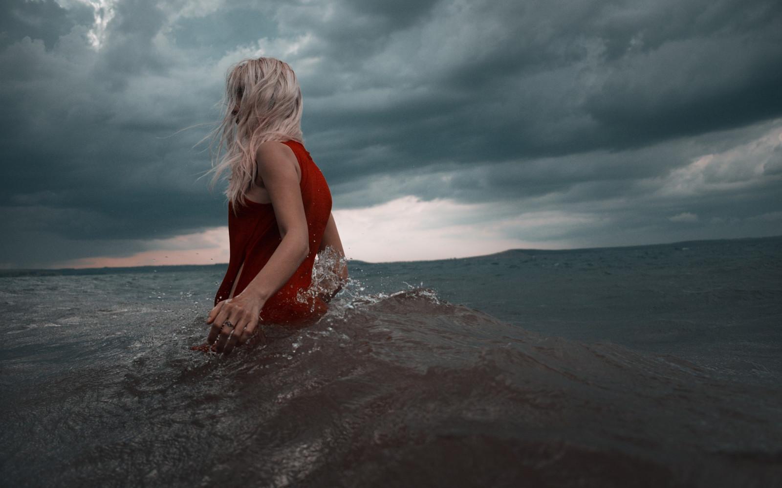 блондинка на море атлеты, которым