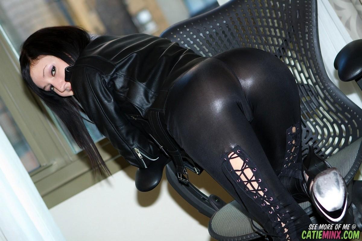 Голая девушка в кожаных штанах, смотреть онлайн порно девушка кончила от кунилингуса сидя на лице