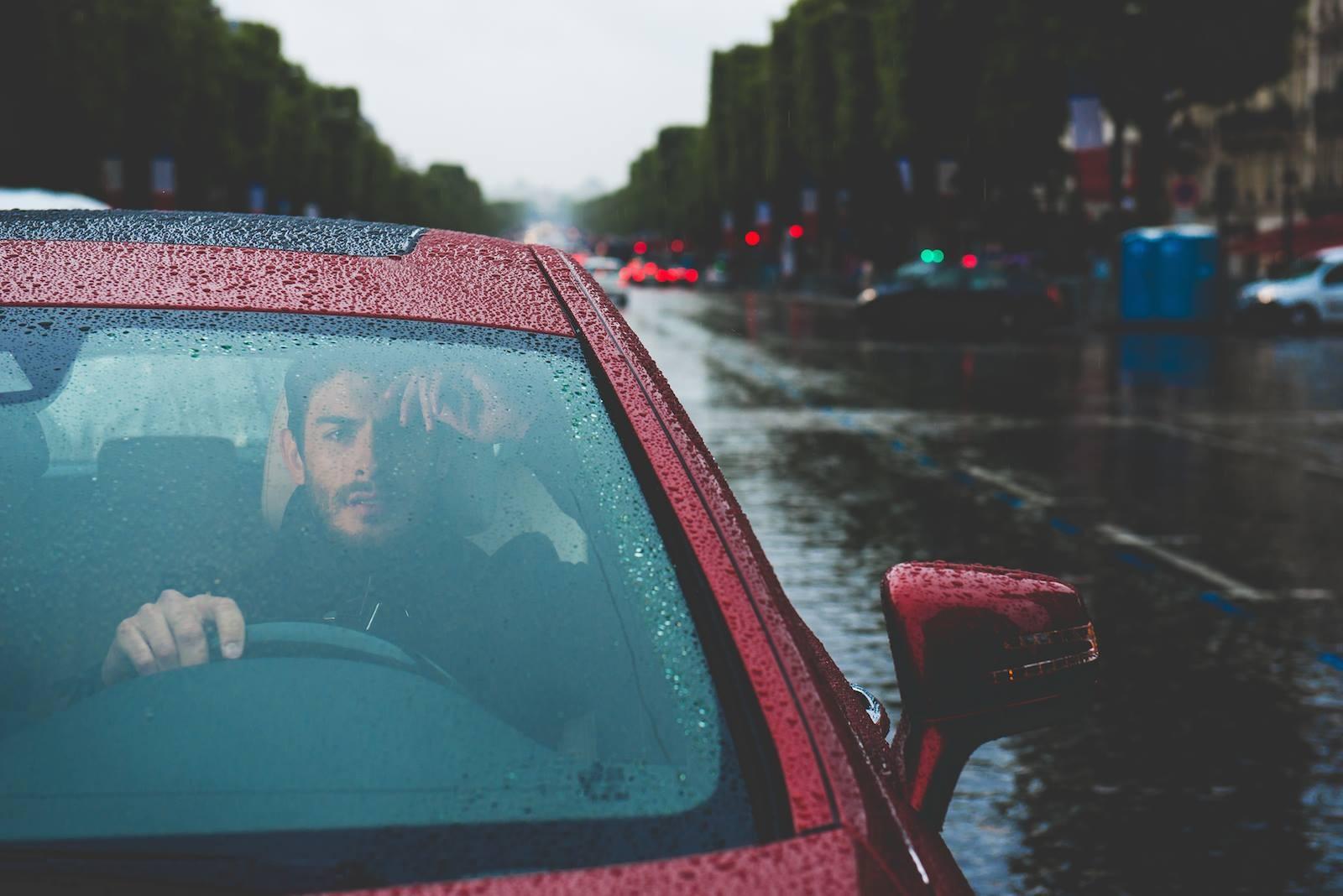 картинка машина едет в дождь