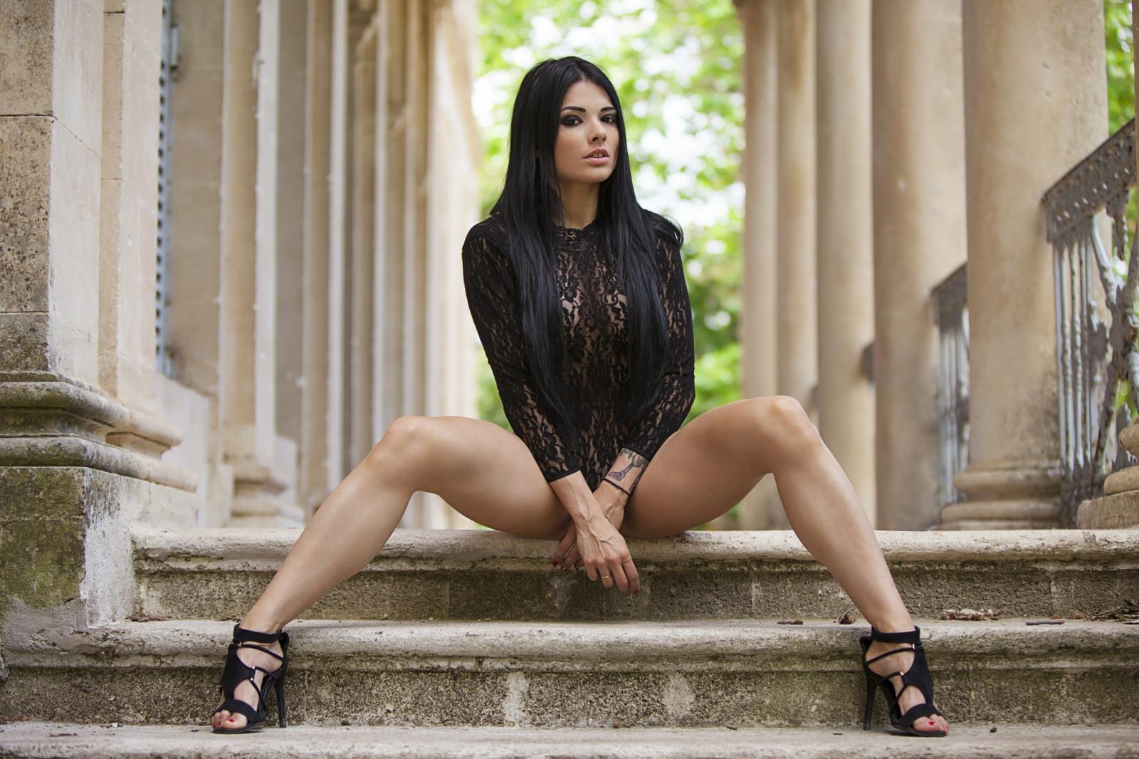 Красивые девушки с расставленными ногами — img 3