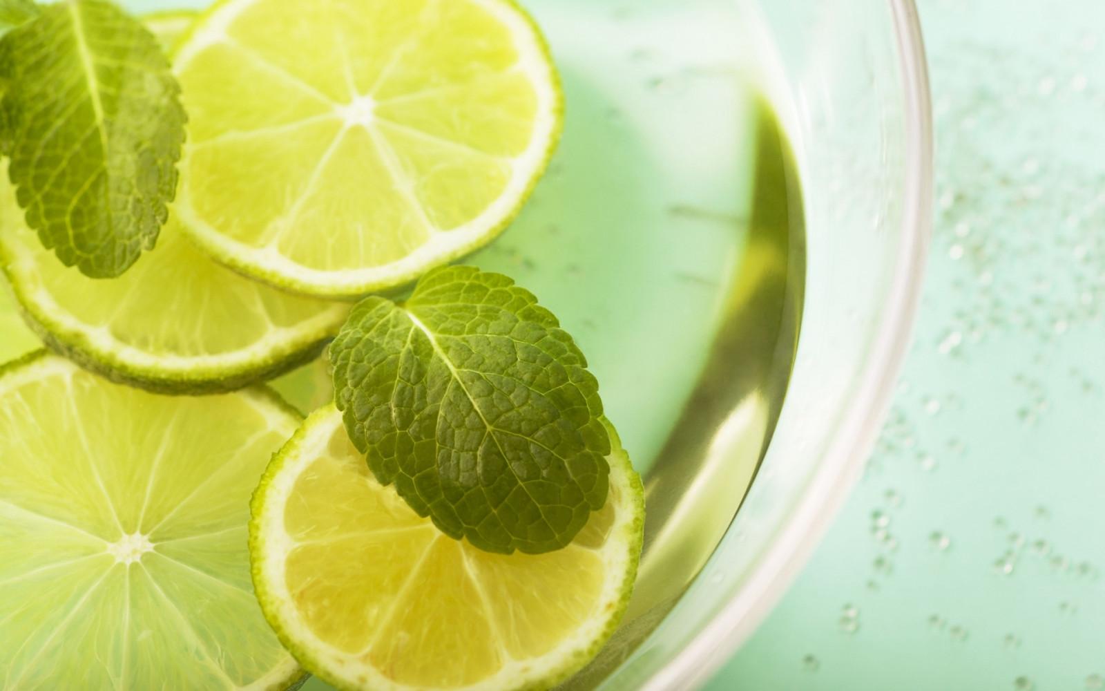 Lemonade, lemon, mint, segments, leaves