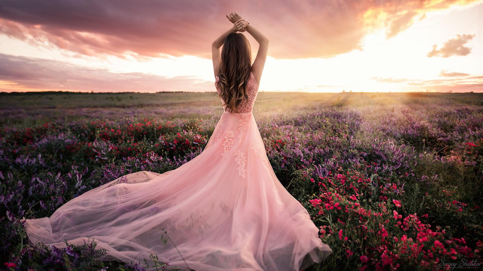 Картинки девушка в цветах спиной