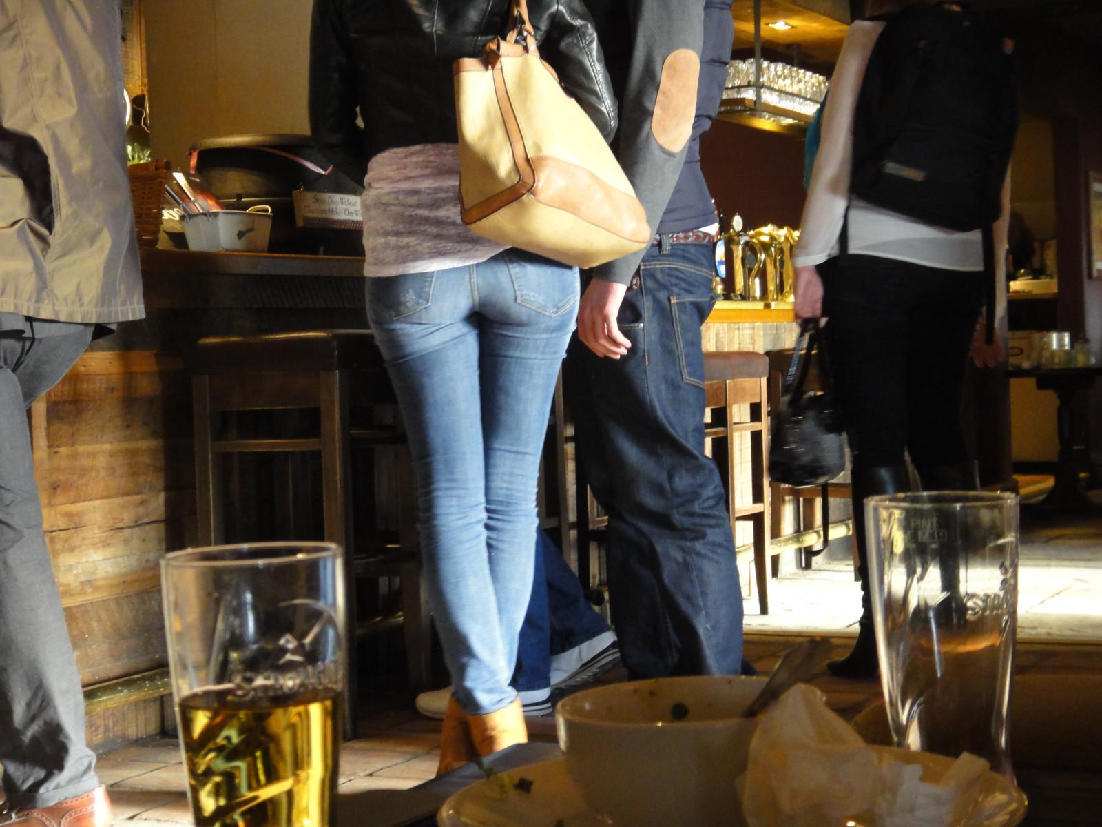 Fondos De Pantalla Hermosa Cuero Bar Bonito Pub Brighton Botas Sincero Fondo Impertinente Estupendo Muslos Redondo Mezclilla Bolso Mujer Joven Buen Culo Devilsdyke Pinturas Argot De Rima Pantalones Vaqueros Botella Y