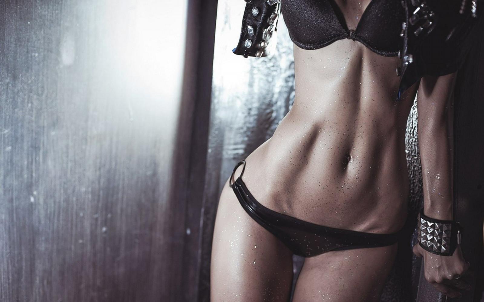 девушка среднего телосложения в топике и трусиках - 3