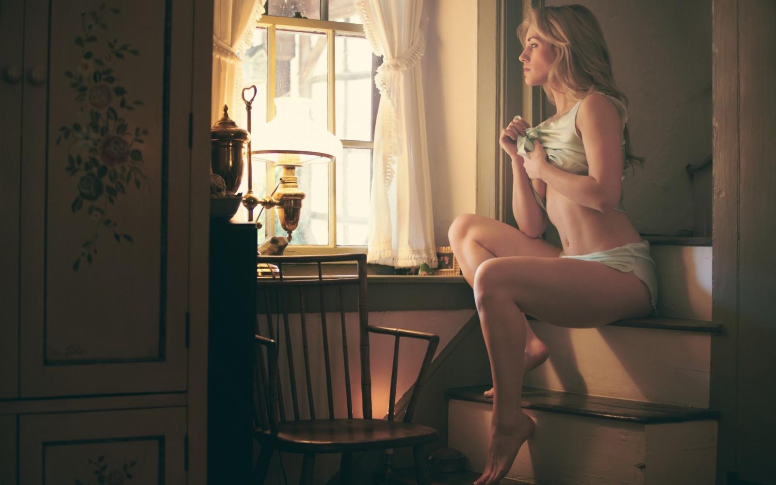 Девушка сидящая на подоконнике фото
