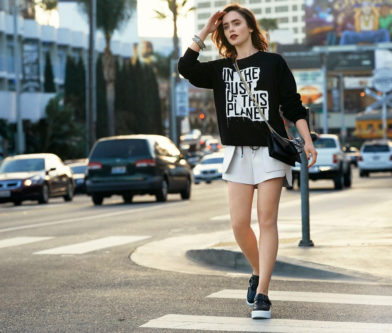 女性 ポートレート 通り 道路 ファッション リリー・コリンズ スニーカー 春 衣類 インフラ 靴 履物 アウター