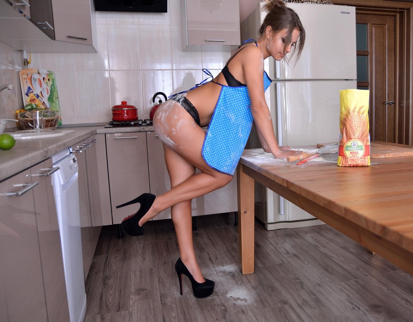 девушка в фартуке на кухне порно видео вижу еще