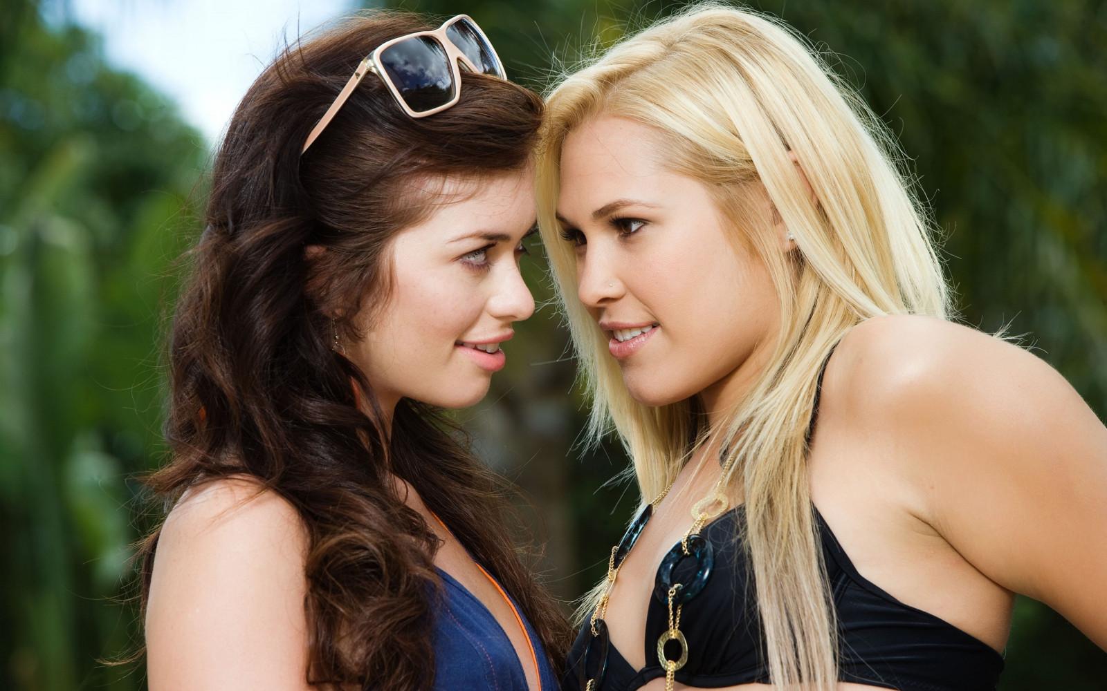 персонажи смотреть брюнетка блондинка лесбиянки даже
