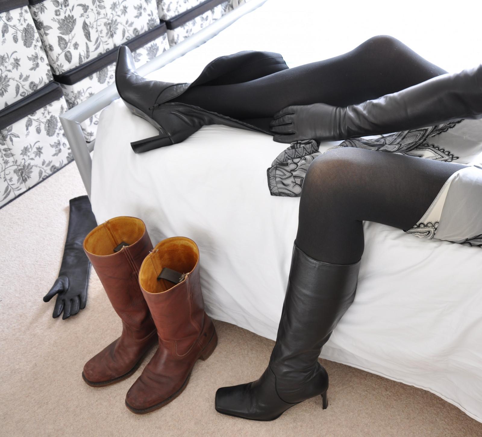как девки топтали ногами в сапогах и в туфлях парней данный момент, порно