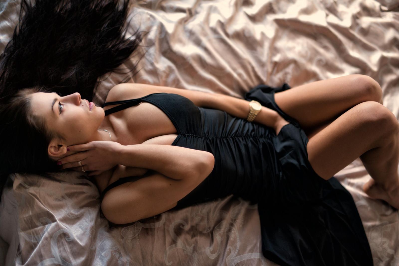 Сексуальная брюнетка принесет хорошее настроение — 14
