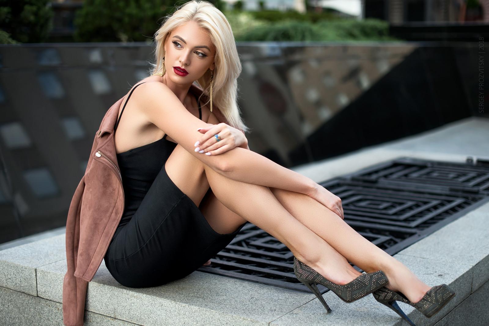 Высокие блондинки на каблуках