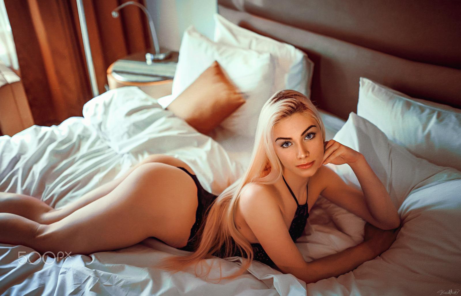 Красивые блондинка в постели