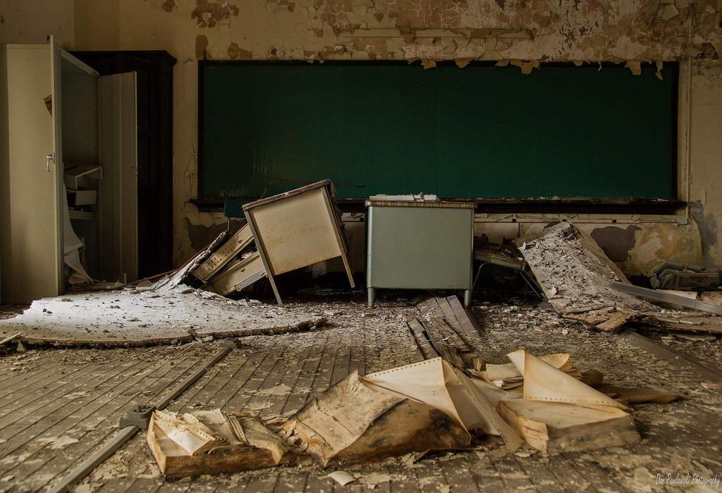fond d 39 cran abandonn cole secondaire haute d clinant pourri pourriture bureau. Black Bedroom Furniture Sets. Home Design Ideas