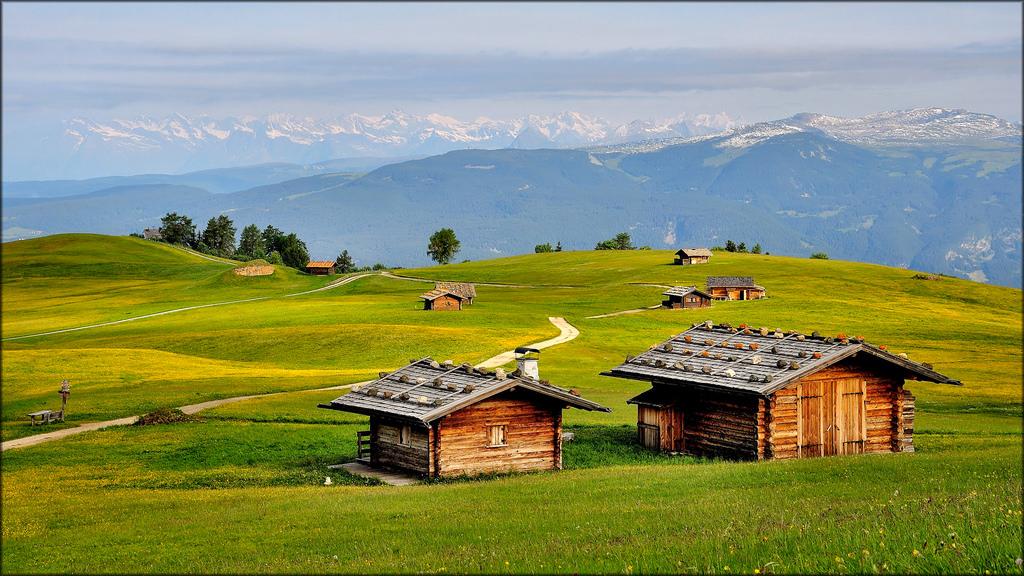 Sfondi italia natura erba cielo campo casa azienda for Piani casa ranch in collina