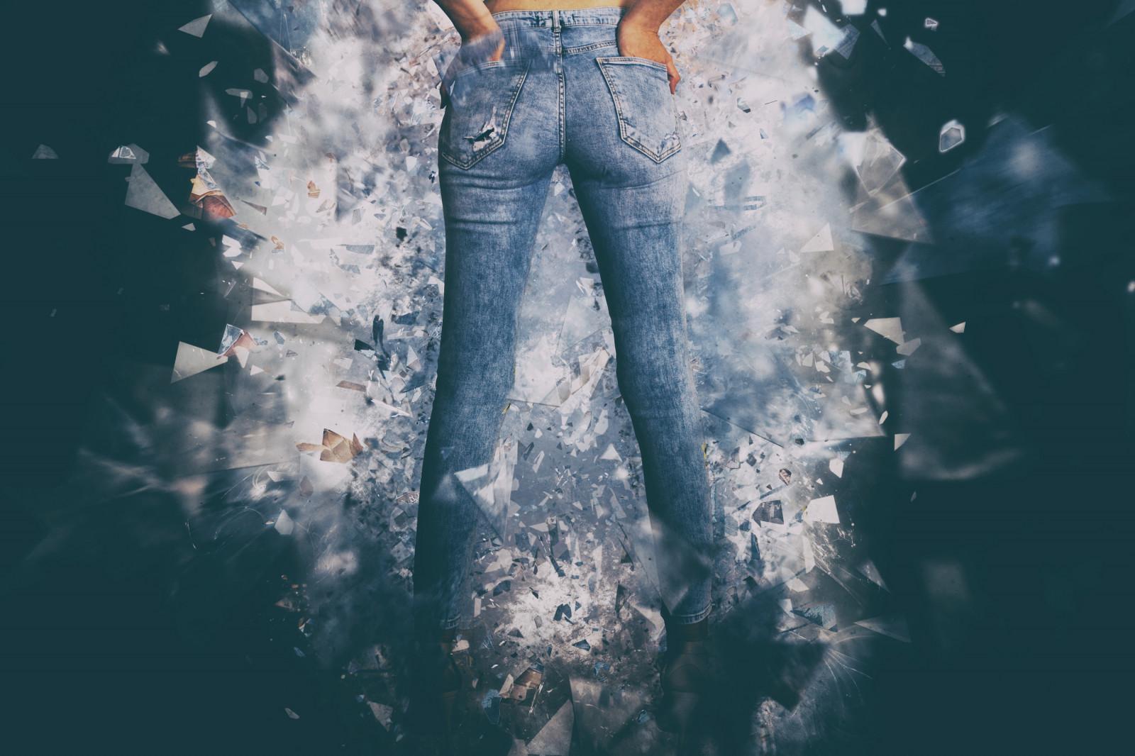 Это раздвинула ноги в джинсах