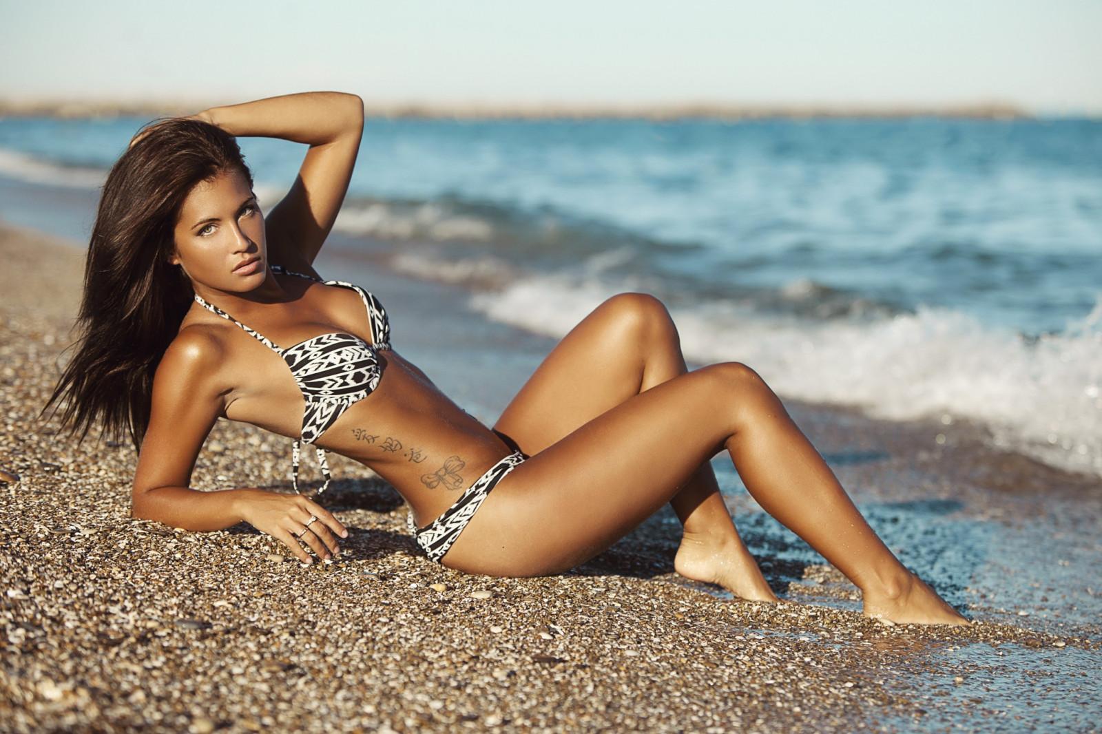 Фотомодели девушек на пляже, в кустах дала отлизать мужику видео