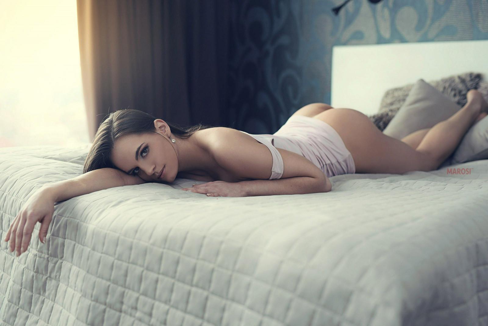 krasivie-devki-v-posteli-posredi-lyudey-otsosala-prohozhemu