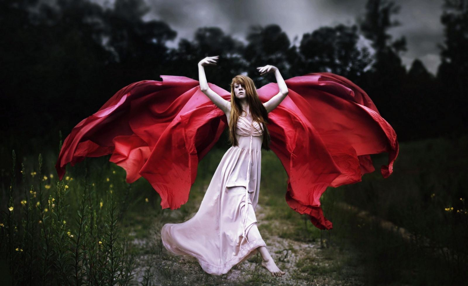 вагиз это девушка танцует в красном платье на природе милая