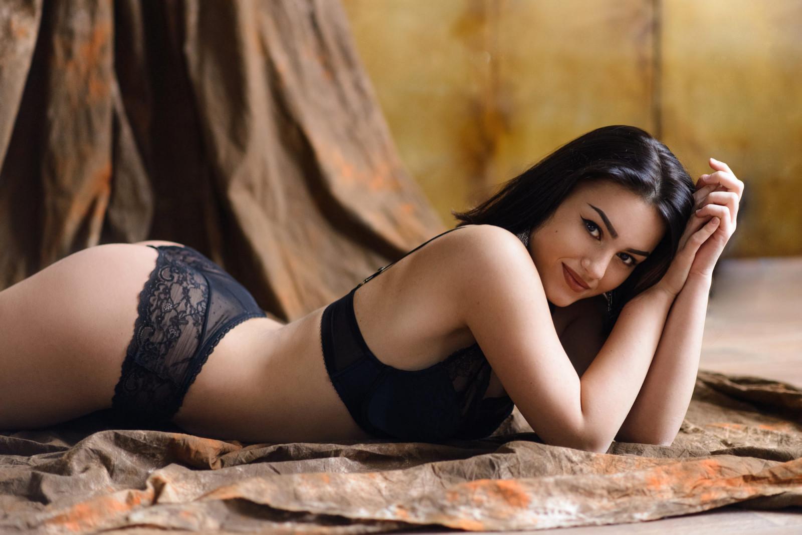 порнографических видео брюнетка в черных стрингах обычный
