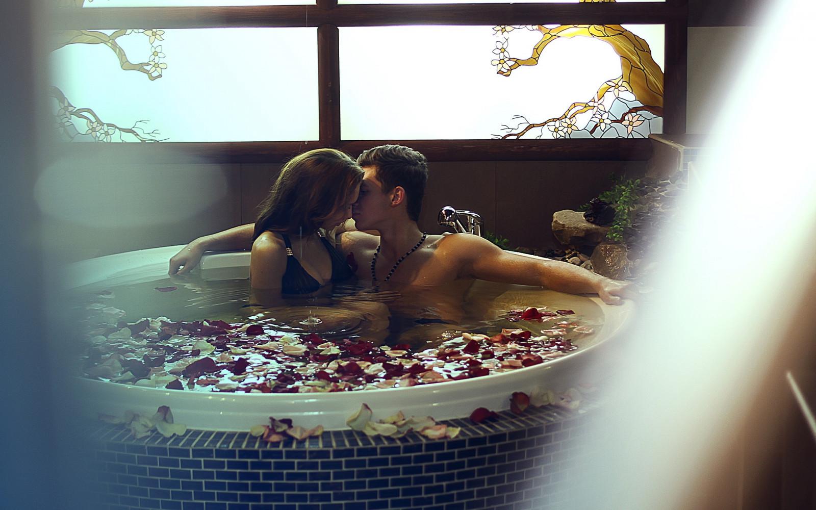 Романтика в бассейне, фото внезапный стояк у парней