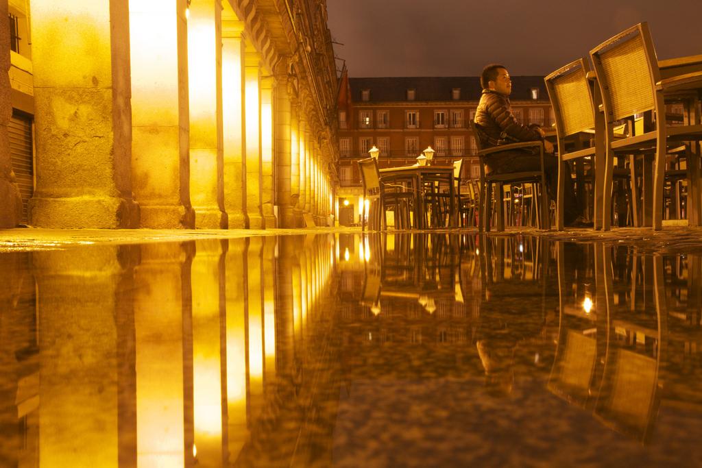 55dc5fa846 Fondos de pantalla : luz de sol, luces, contraste, noche, agua, reflexión,  cielo, sentado, simetría, geometría, España, cuadrado, Madrid,  transparencia, ...
