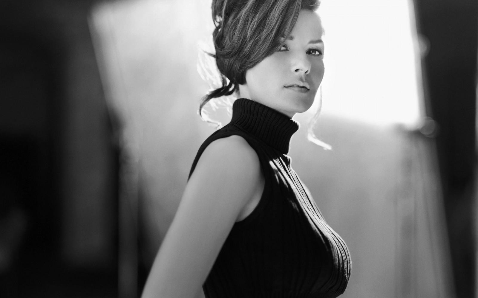 Девушка черно-белые фотографии брюнеток платье просит застегнуть