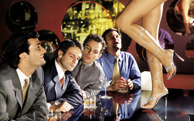 рук она одну девушку несколько парней на столе жопы голых девушек
