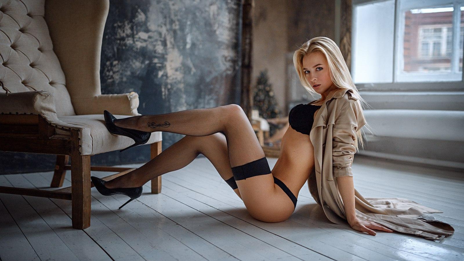 грудастая блондинка сидит на стуле голая - 9