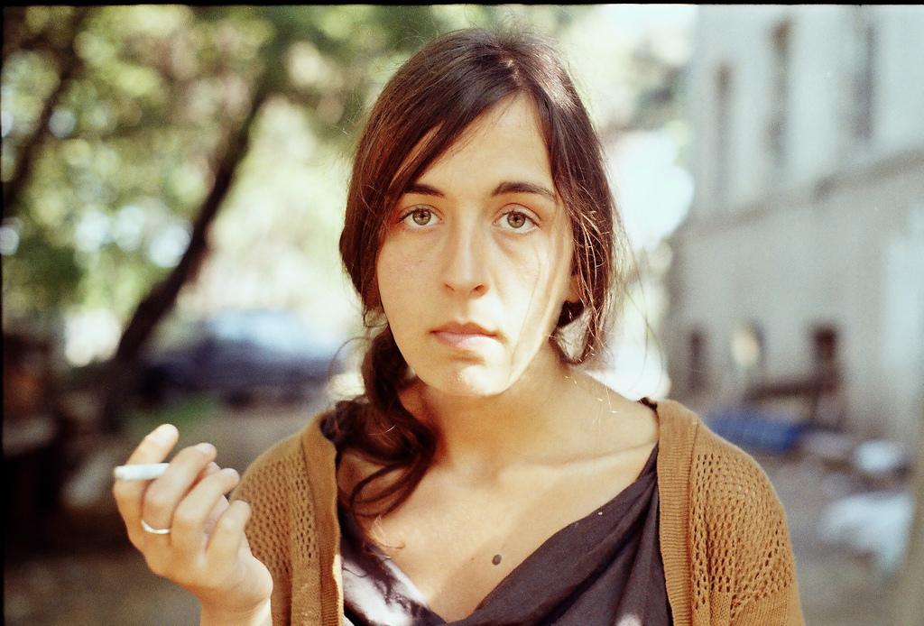 roztomilá dívka kouření