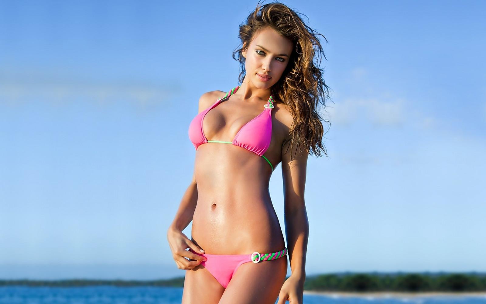 kucheryavaya-telka-v-rozovih-bikini