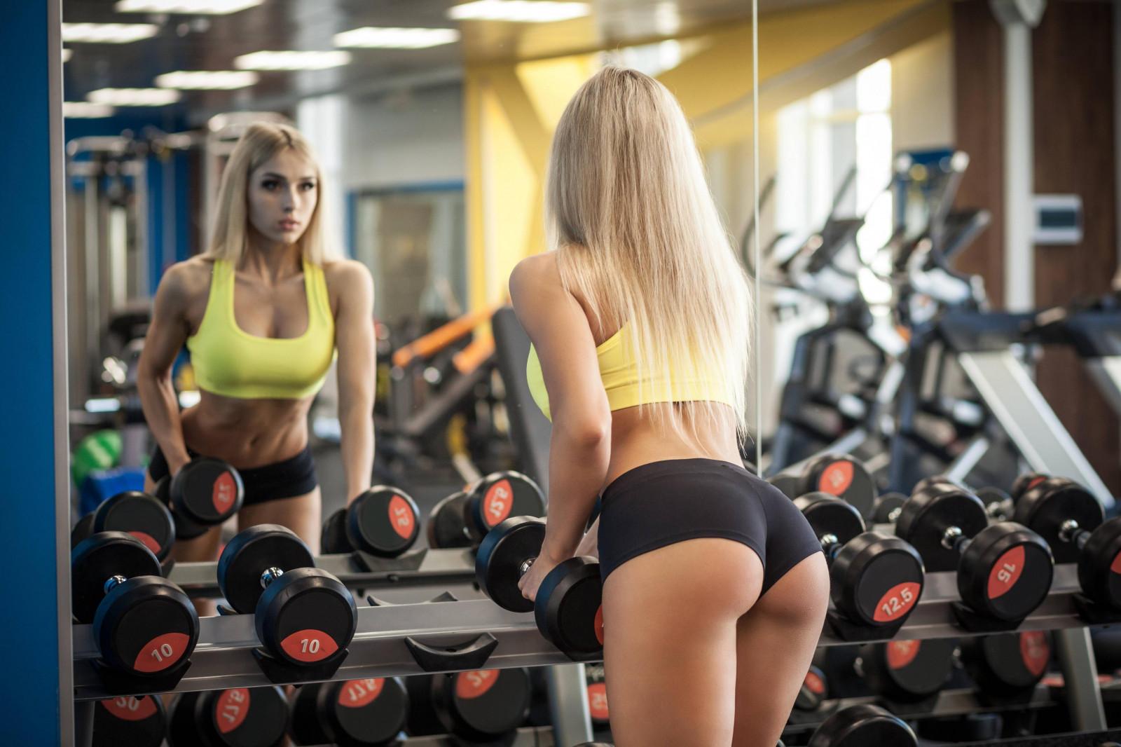 В фитнес клубе фото сексуальных девушек длинным членом порно