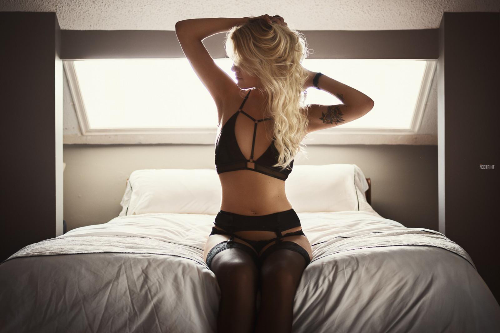 devushki-v-krasivom-nizhnem-bele-v-krovati-blondinki-akrobatki-eroticheskoe-video
