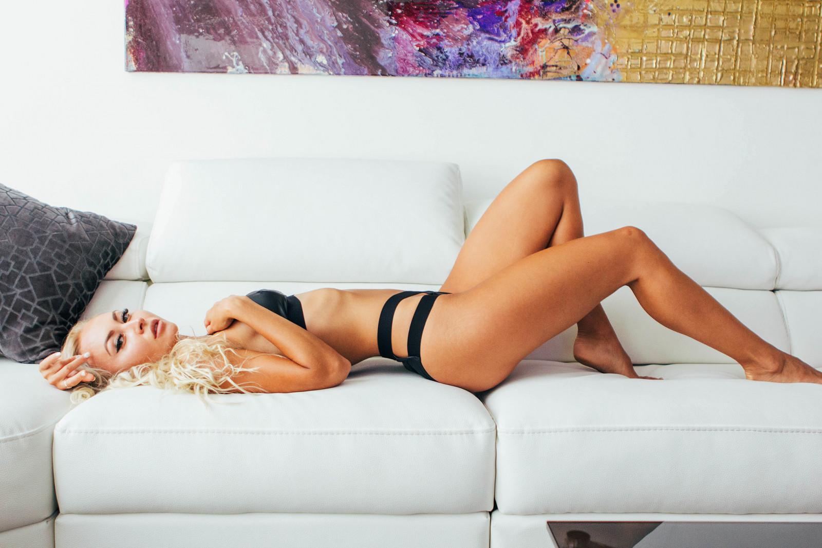 blondinka-lezhit-na-divane