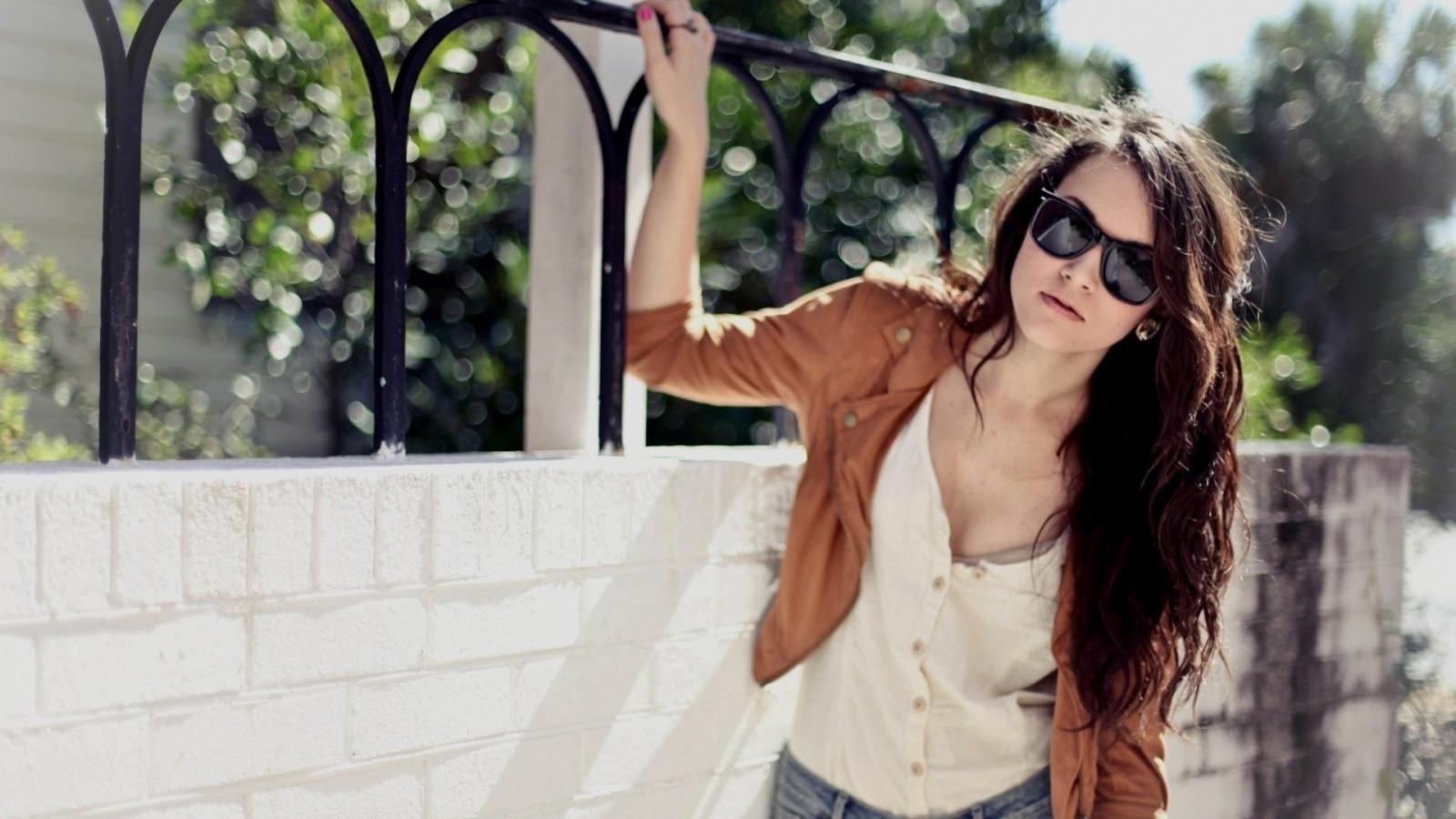 Шатенки в солнечных очках на аву