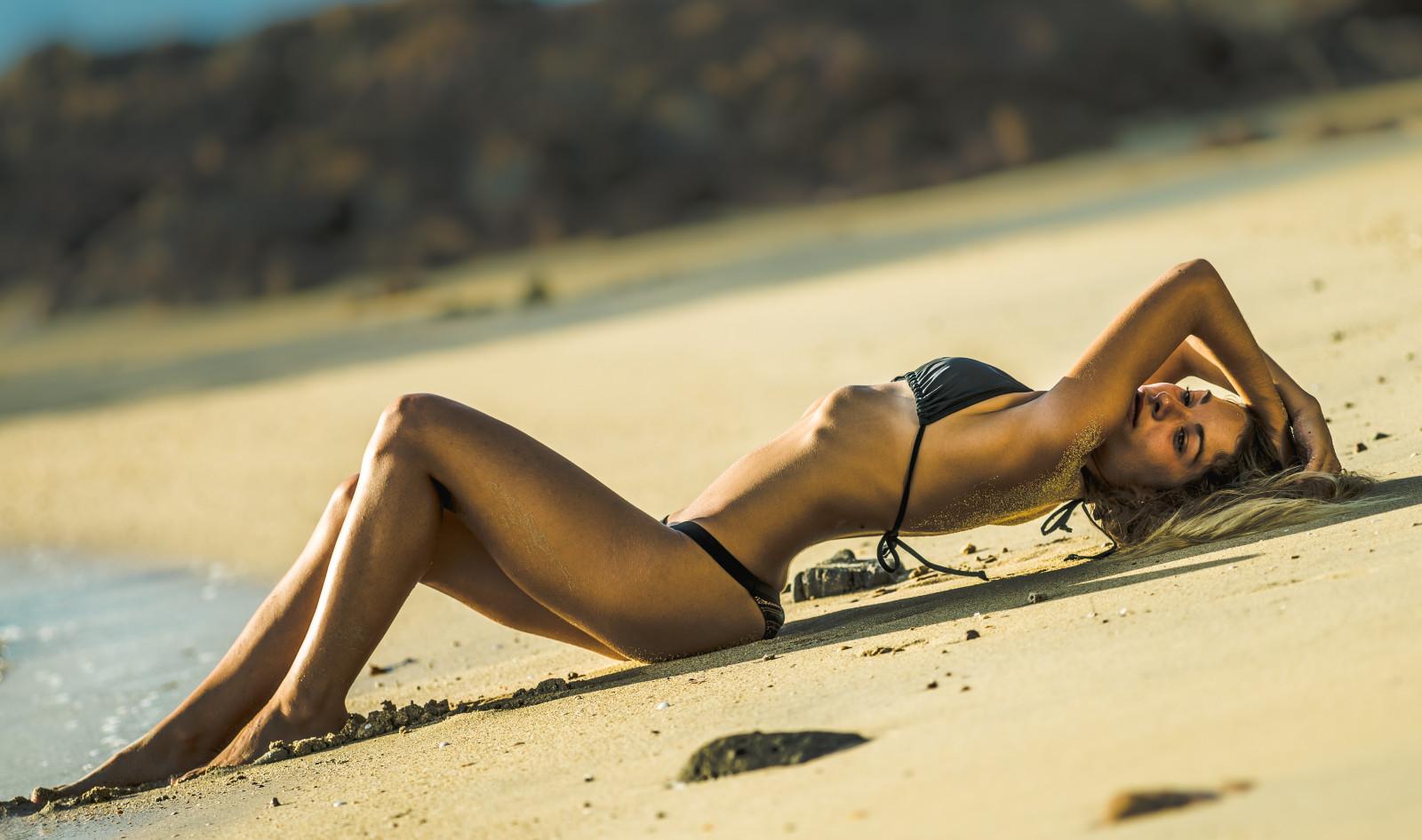 порно фото девушки блондинки в черном купальнике себе домой, раздумывая