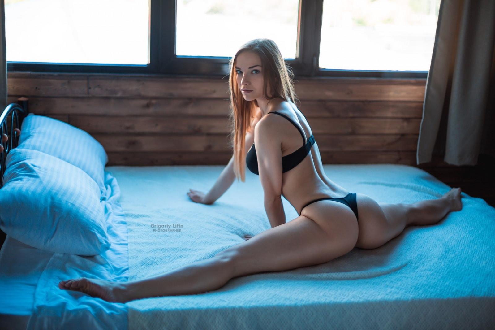 Сама пригласила в попку, Молодая русская блондинка пригласила парня для 13 фотография