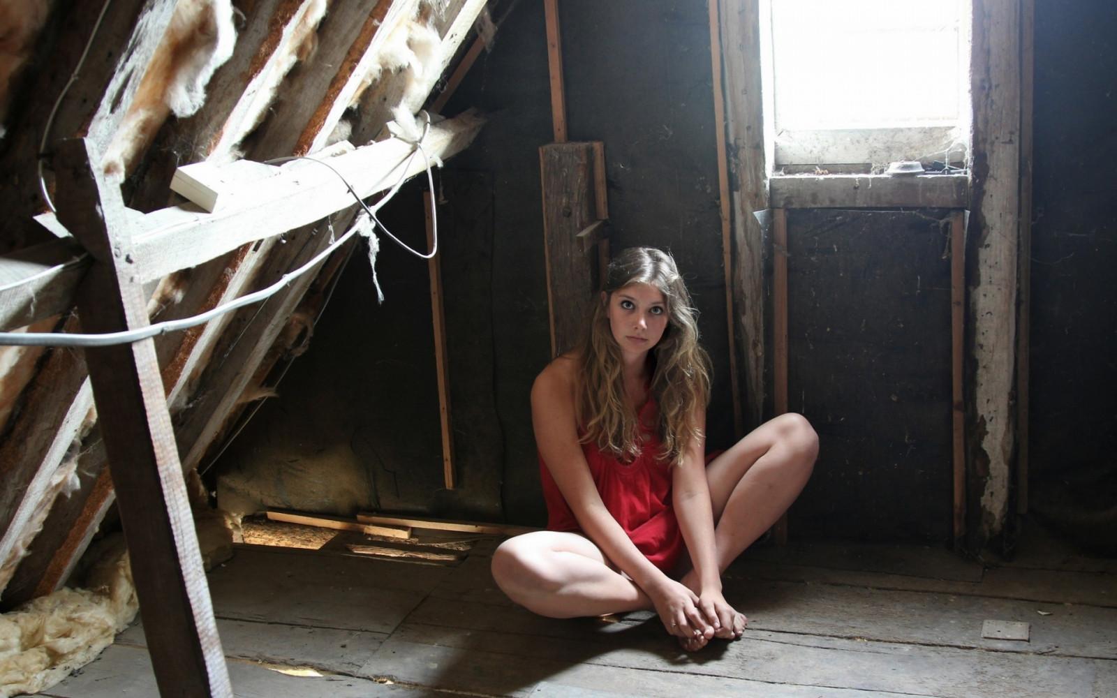 Девушку потащили в подвал и трахнули, порно игры с осокой