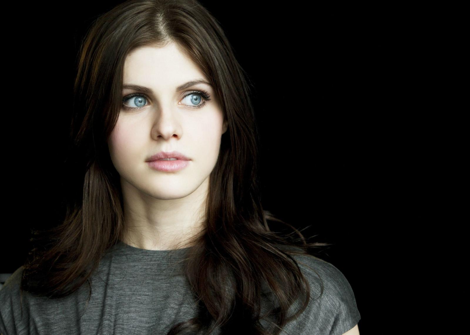 Русская актриса с черными волосами и голубыми глазами
