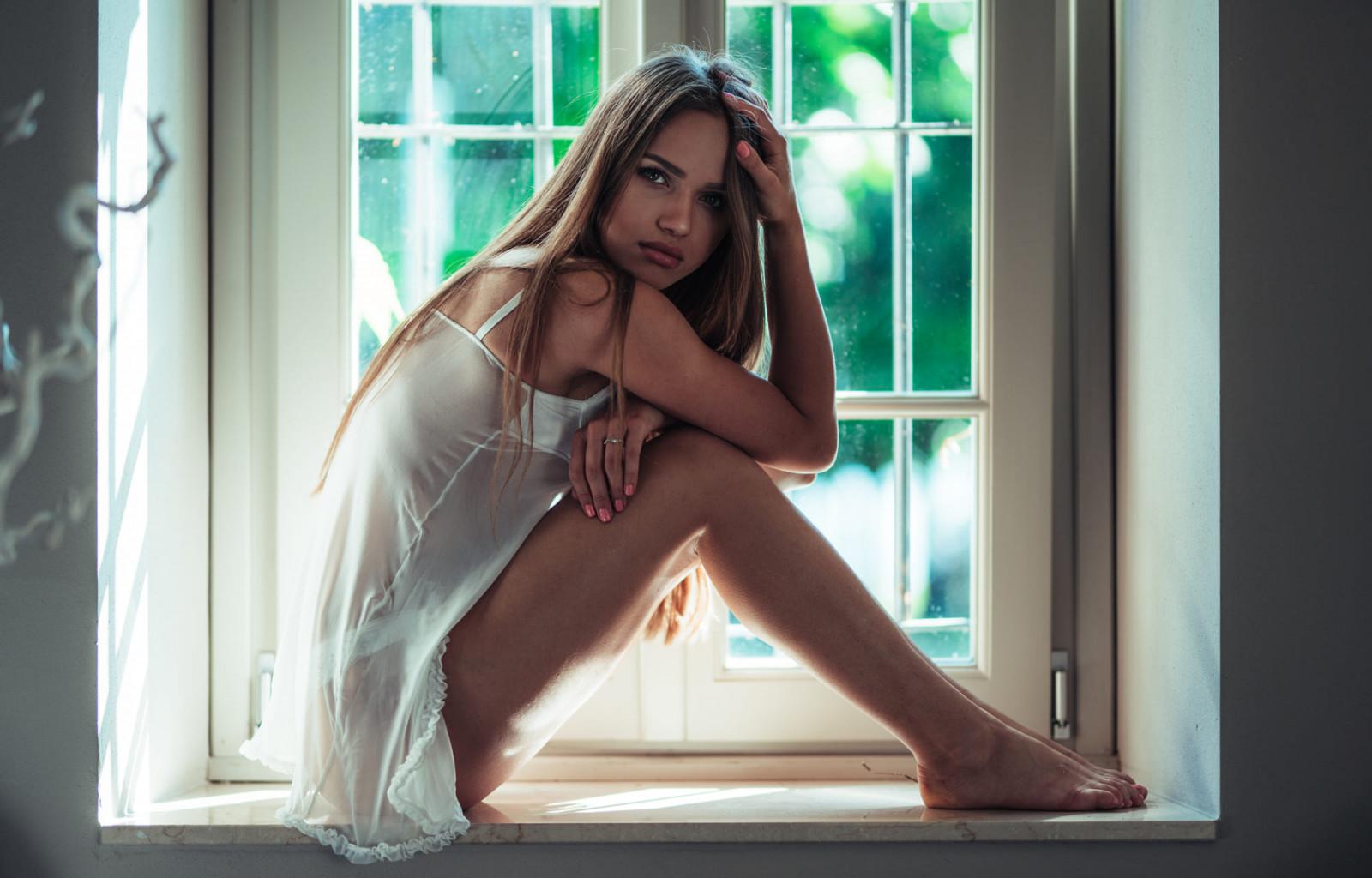 Колготках блондинки в ночнушках с длинными ногами и волосами фото