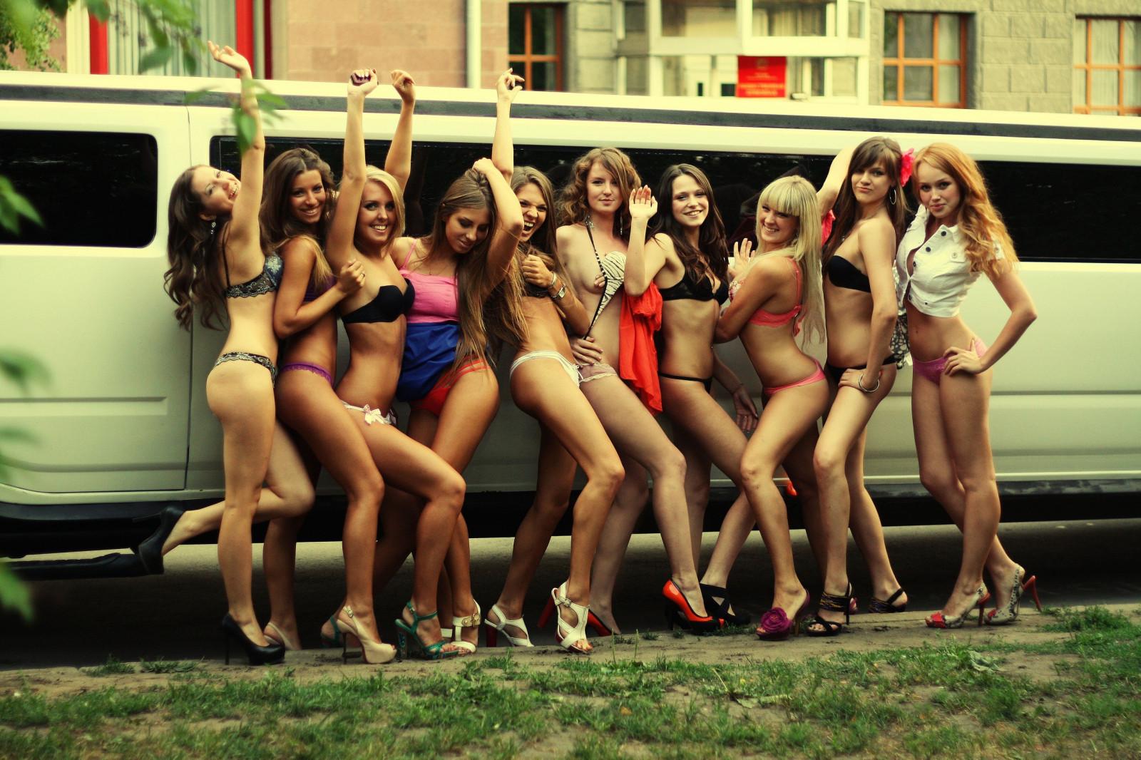группа девок на одного