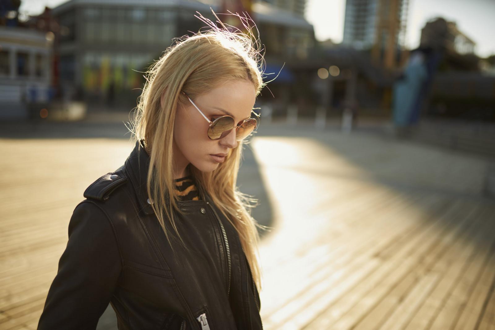 Фото девушка с длинными волосами пухлыми губами